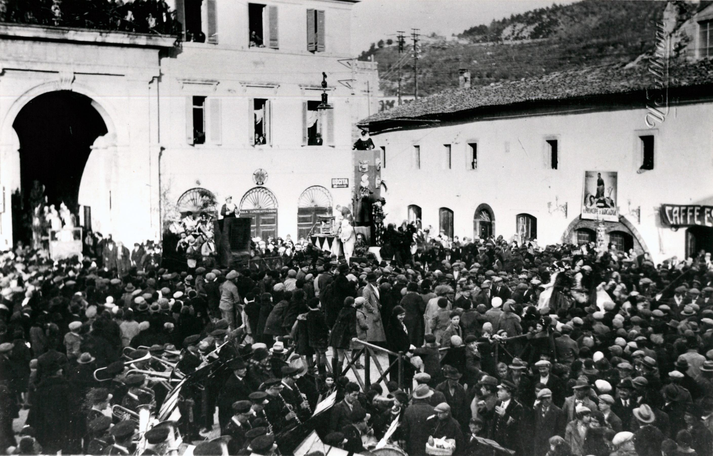 Carnevale in piazza Garibaldi | Anni '30