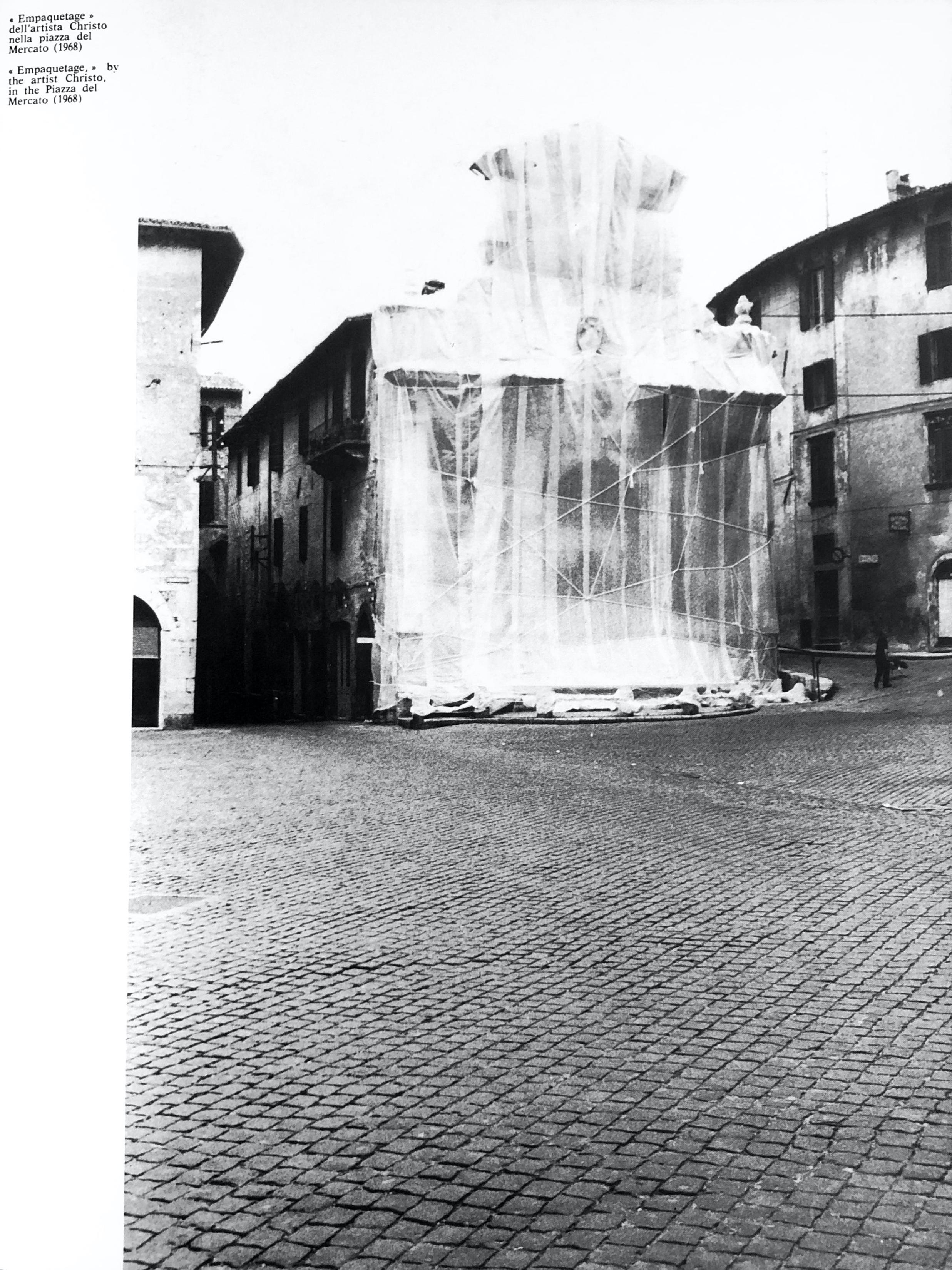 Wrapped Fountain | Foto tratta dal volume di Lionello Fabbri